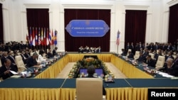 U.S. President Barack Obama (back to camera) participates during the ASEAN Summit at the Peace Palace in Phnom Penh, November 19, 2012.