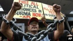 活动人士举行抗议要求释放缅甸政治犯。