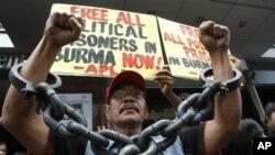 Biểu tình trước Đại sứ quán Miến Ðiện tại khu tài chính của thành phố Makati, phía đông Manila.