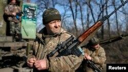 Çatışmaların sürdüğü Artemivsk kenti yakınlarında mevzilenen Ukraynalı askerler