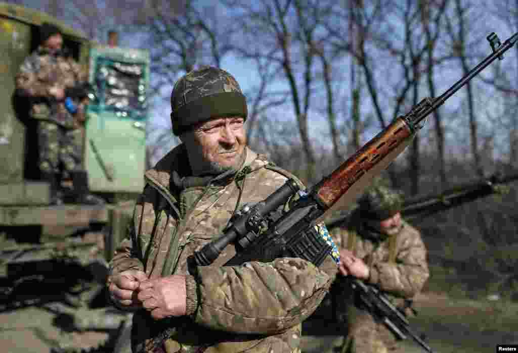 اعضای نيروهای مسلح اوکراين در نزديکی آرتميوسک، شرق اوکراين، ديده میشوند - ۴ اسفندماه ۱۳۹۳ (۲۳ فوريه ۲۰۱۵)
