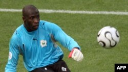 Jean-Jacques Tizié, alors gardien ivoirien, en action lors de la défaite de son équipe face aux Pays-Bas lors du premier match de la Coupe du Monde du Groupe C au stade Gottlieb-Daimler de Stuttgart, le 16 juin 2006.