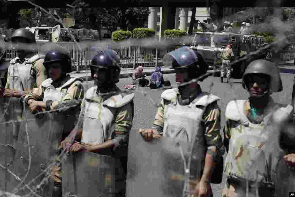 Məhəmməd Mursi tərəfdarları Müdafiə Nazirliyi qarşısında