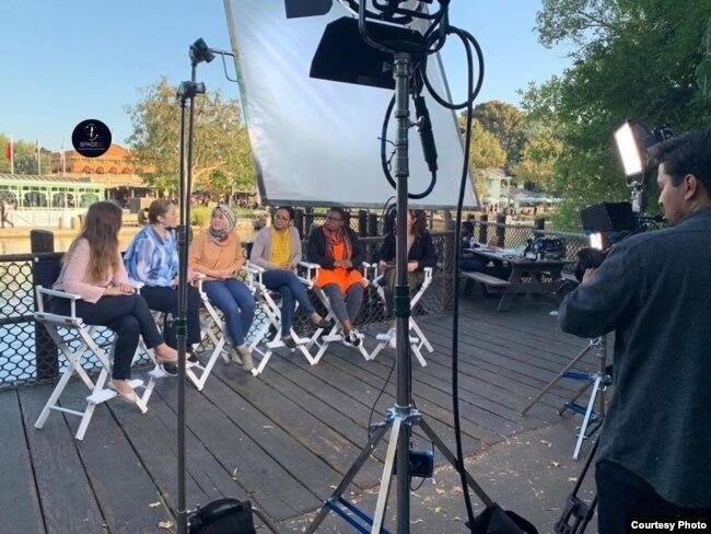 """Pratiwi Kusumawardani (ke-3 dari kiri) bersama para peserta IVLP """"Hidden No More"""" saat di wawancara di Walt Disney AS (dok: Instagram/@spaceid.id)"""