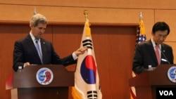 美国国务卿克里(左)与尹炳世在联合记者会上(美国之音莉雅拍摄)