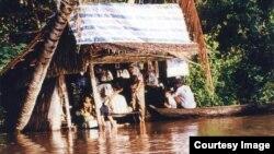 Sinh hoạt trong Mùa Nước Nổi 2000. (Photo: Ngô Thế Vinh)