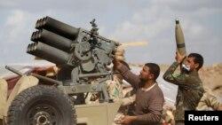 Tentara Irak dan pejuang Syiah mengisi senjata dalam bentrokan dengan militan ISIS di provinsi Saladin (2/3). (Reuters/Thaier Al-Sudani)