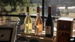 Botol-botol minuman anggur di sebuah toko di Le Cannet-des-Maures di Provence, 10 Oktober 2019. Pemerintah AS memutuskan menaikkan tarif untuk sejumlah produk ekspor Uni Eropa, termasuk minuman anggur dari Perancis.
