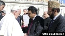 سابق وفاقی وزیر کامران مائیکل کی پاپ فرانسس کے ساتھ ایک تصویر (فائل فوٹو)