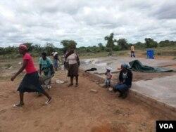 Abazali abasebenza esikolo seZibalongwe Secondary School eTsholotsho.