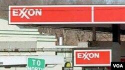 Sebuah pompa bensin 'Exxon' di Washington, DC (foto: dok.). Kenaikan harga minyak dan BBM meningkatkan keuntungan perusahaan-perusahaan minyak secara drastis.