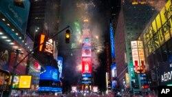 برگزاری جشن آغاز سال ۲۰۱۵ میلادی در میدان تایمز شهر نیویورک