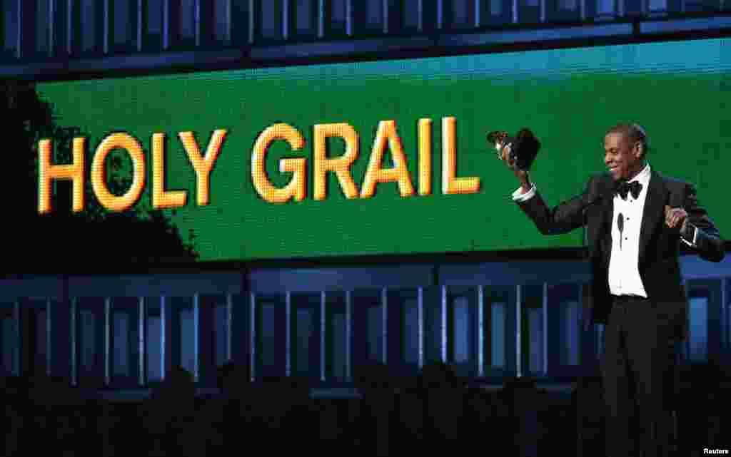 "Jay-Z recebe o prémio para a Melhor Música Rap com ""Holy Grail"" na 56ª Gala Grammy Awards em Los Angeles, Jan. 26, 2014."