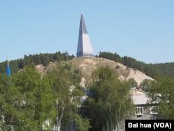 俄罗斯开拓西伯利亚纪念碑,位于西伯利亚北部的汉特-曼西斯克地区。(美国之音白桦拍摄)