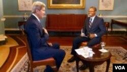 John Kerry akifanya mahojiano na Vincent Makori wa VOA.