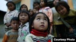 Những trẻ em này sống tại những xã đặc biệt khó khăn, thường phải tự túc bữa ăn trưa tại trường rất kham khổ, không có bếp nấu, và thậm chí không có cả cặp lồng đựng cơm.