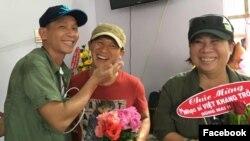 Bạn bè đón ca sĩ Việt Khang trở về (Ảnh: Facebook Tung Do).