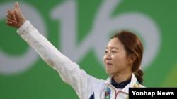 11일 진행된 2016 리우데자네이루 올림픽 양궁 여자 개인전에서 금메달을 따낸 장혜진이 시상식에서 눈물을 흘리며 엄지손가락을 치켜세우고 있다.