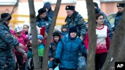 3일 총격사건이 발생한 러시아 모스크바의 한 학교에서, 경찰이 어린 학생들을 대피시키고 있다.