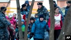 Эвакуация детей из здания школы. Москва, 3 февраля 2014г.