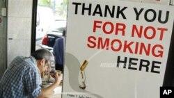 싱가포르 중심가에 금연 구역을 알리는 안내판이 세워져 있다. (자료사진)