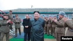 ေျမာက္ကုိရီးယား ဒုံးက်ည္စမ္းသပ္မႈကုိ စစ္ေဆးၾကည့္႐ႈေနသည့္ Kim Jong Un. (ႏုိဝင္ဘာ ၂၈၊ ၂၀၁၉)