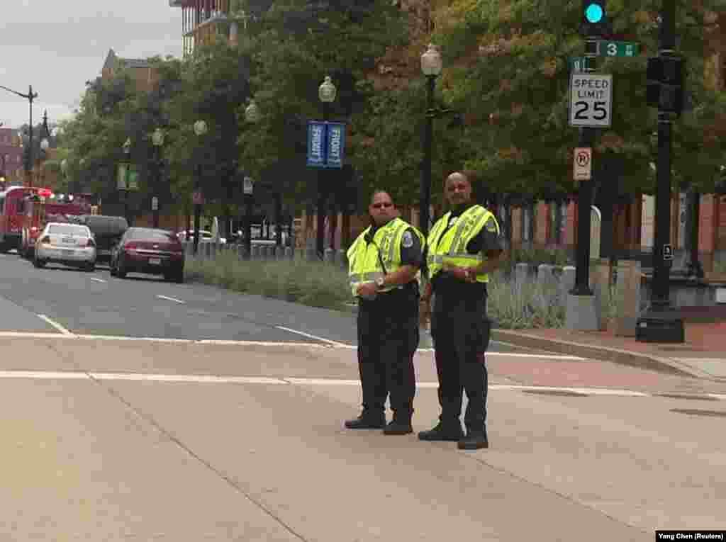 美国首都华盛顿海军办公楼发生枪击案,图为事发现场警察在维持秩序(美国之音杨晨拍摄)