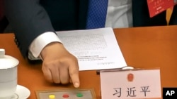中國國家主席習近平在全國人大會議就港版國安法投票時伸手按贊成鍵。 (2020年5月28日)