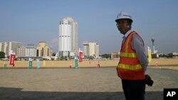 一名中國建築工人站在一帶一路工程項目斯里蘭卡科倫坡港口城工地上。(2018年1月2日)