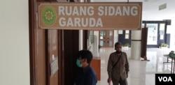Pengunjung PN Tipikor Yogyakarta menjalankan protokol COVID-19. (Foto: VOA/ Nurhadi)