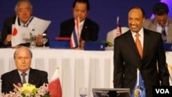 El actual presidente de la FIFA Joseph Blatter (izq.) junto al presidente de la Confederación Asiática de Fútbol, Mohamed bin Hammam, ahora rival en las próximas elecciones para presidente de la FIFA.