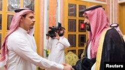 ព្រះអង្គម្ចាស់រាជ្ជទាយាទប្រទេសអារ៉ាប៊ីសាអូឌីត Mohammed bin Salman(ខាងស្តាំ)ជួបជាមួយសមាជិកគ្រួសារលោកKhashoggiនៅក្រុងរីយ៉ាត់ប្រទេសអារ៉ាប៊ីសាអូឌីតកាលពីថ្ងៃទី២៣ខែតុលាឆ្នាំ២០១៨។