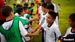 Enfants israéliens et palestiniens lors d'un programme de football du Centre Peres pour la Paix, dans le kibboutz de Dorot, le 1er septembre 2014.