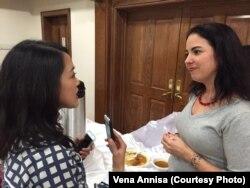 Alexandra Piotrowski (kanan) dari Small Business Administration bersama reporter VOA, Dhania Iman (kiri) (Dok: VOA)