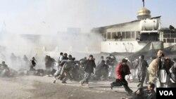 La imágen captada apenas segundos después del atentado suicida muestra a los peregrinos intentando huir en medio del humo de la explosión.
