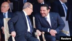 Ông Saad al-Hariri (phải) nói chuyện với Tổng thống Lebanon Michel Aoun trong khi dự khán một cuộc duyệt binh mừng ngày độc lập của Lebanon ở thủ đô Beirut, Lebanon, ngày 22 tháng 11, 2017.