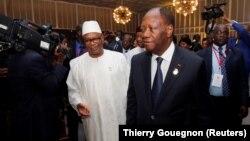 Le président ivoirien Alassane Ouattara et le président malien Ibrahim Boubacar Keita arrivent pour une réunion de l'UEMOA à Abidjan le 10 avril 2017.