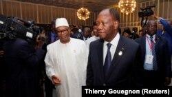 Le président ivoirien Alassane Ouattara et son homologue malien Ibrahim Boubacar Keita lors d'une réunion de l'Union économique et monétaire ouest africaine, à Abidjan, Côte d'Ivoire, 10 avril 2017