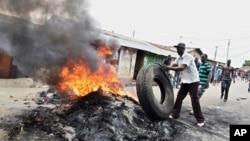 Pristalica opozicije pali gume tokom protesta u Mombasi u Keniji