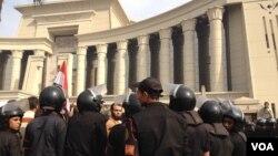 埃及最高憲法法院遭總統穆爾西的支持者包圍﹐警察企圖開通道路.