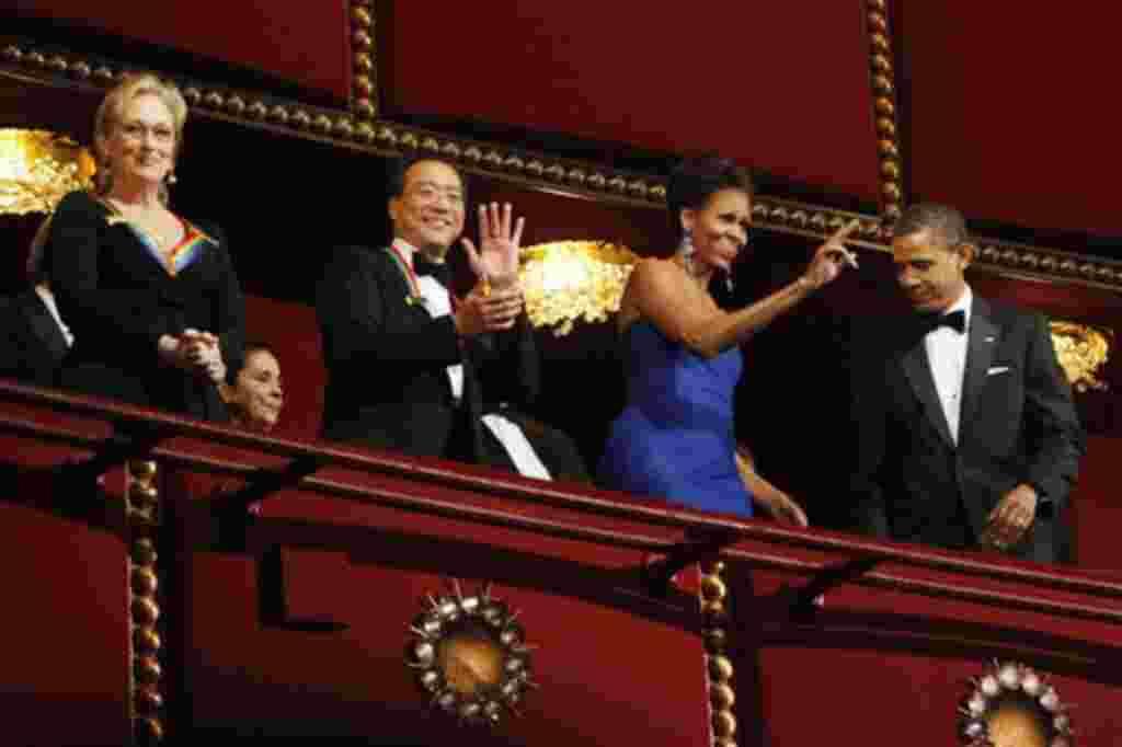El presidente Barack Obama y Michelle Obama acompañados por la actriz Maryl Streep y el violonchelista Yo-Yo Ma, dos de los homenajeados en la trigésimo cuarta celebración anual de la entrega de premios del Kennedy Center.