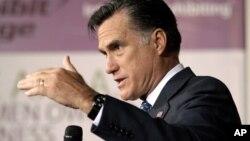 El dinero que está fluyendo hacia los supercomités de acción política de Mitt Romney es cuantioso.