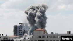 Khói bốc lên sau một vụ không kích của Israel vào thành phố Gaza.