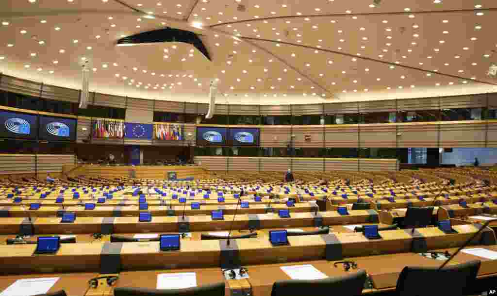 نمایی از صحن پارلمان اتحادیه اروپا. نگرانی از شیوع کرونا موجب شده تا جلسات به طور مجازی برگزار شود.