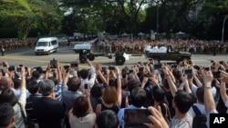 """Masyarakat Singapura mengambil foto dan berteriak """"Terima kasih, Mr. Lee!"""" saat jenazah Lee Kuan Yew meninggalkan Istana Presiden menuju Gedung Parlemen, Rabu (25/3). (AP/Joseph Nair)"""