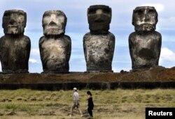 موائی مجسموں کا قریب سے مشاہدہ