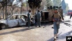 Un hombre al volante de un coche bomba se abalanzó sobre unos militares que hacían cola para cobrar su salario.