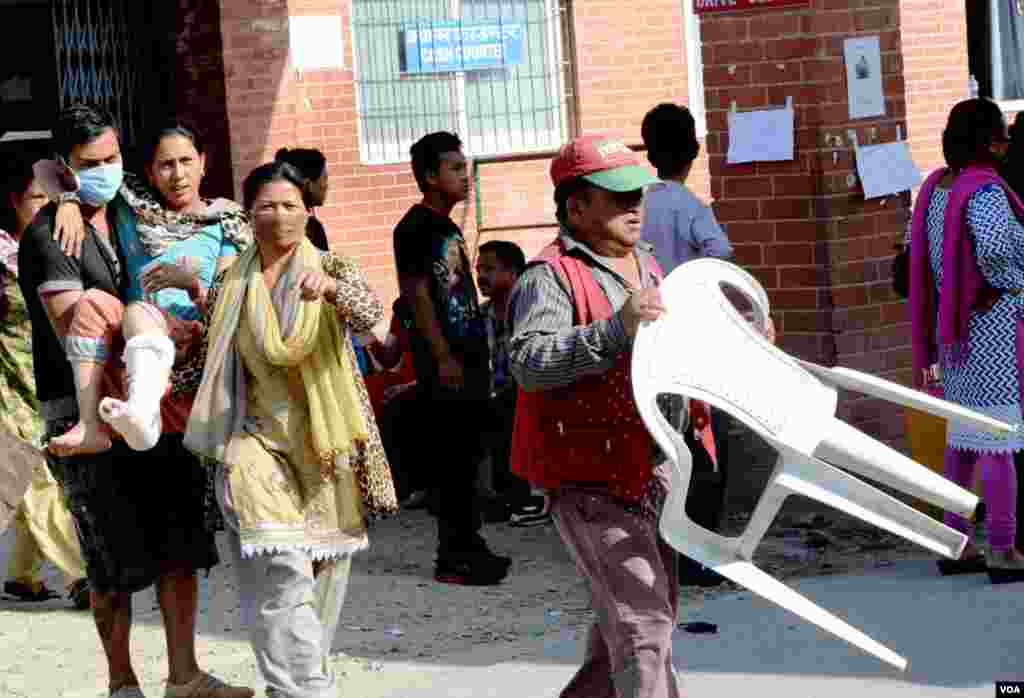 Patients are brought to open space for safety outside Teaching Hospital, Kathmandu, May 12, 2015. (Photo: Bikas Rauniar for VOA)