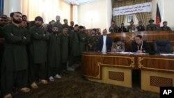 지난 2일 아프가니스탄 카불 법원에 20대 여성을 집단구타 살해한 혐의로 기소된 남성 49명(왼쪽)이 출석했다.