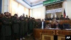 Empat puluh sembilan orang - termasuk 19 polisi - dituntut di pengadilan di Kabul hari Sabtu, 2 Mei 2015, karena diduga terlibat memukuli seorang perempuan hingga mati.